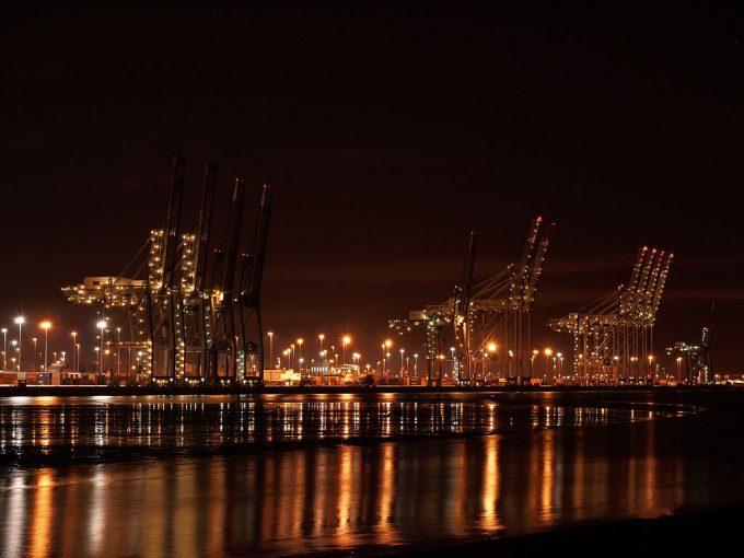 1024px-Southampton_docks_at_night_4_seconds