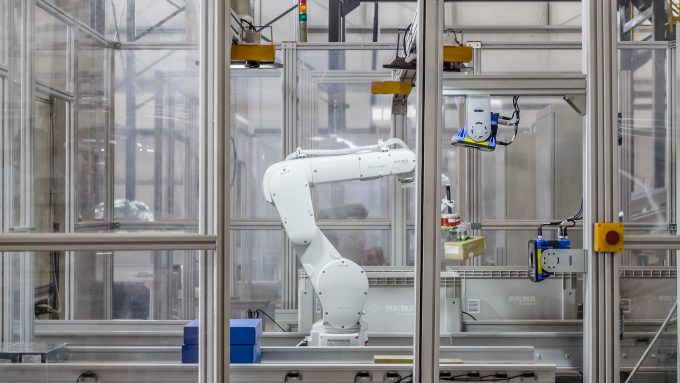 Picking-Robots-at-JDs-Fully-Automated-Warehouse-in-Shanghai-2