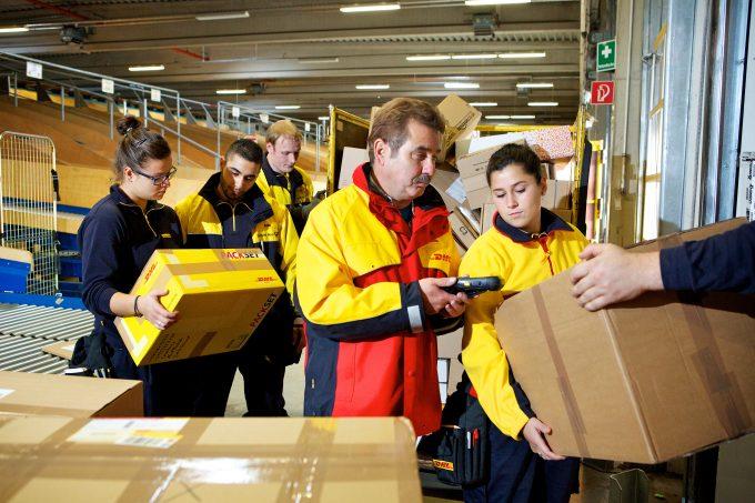 dhl-deutsche-post-trainees-tutor-parcel-sorting