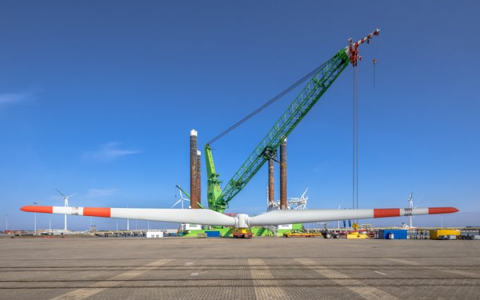 Offshore wind energy supply vessel loading rotor