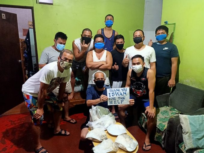 Philippines - Seafarers receiving food packages