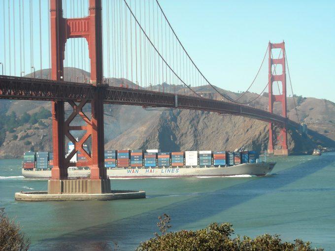 Wan Hai Container_Ship_under_Golden_Gate_Bridge.Daniel Ramirez from Honolulu, USA